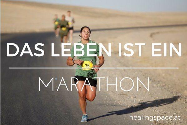 Eine Frau läuft eine Straße in der Wüste entlang, auf ihrem T-Shirt steht die Startnummer 76